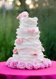 I normally don't comment on wedding stuff but this has to be one of the most beautiful cakes I have ever seen.