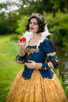 Disney Character Cosplay Snow White cosplay by Poppy's Emporium, photo by Rob Jaspers Snow White Cosplay, Snow White Costume, Disney Princess Dresses, Disney Dresses, Cosplay Outfits, Cosplay Costumes, Snow White Fairytale, Snow White Prince, Snow White Dresses