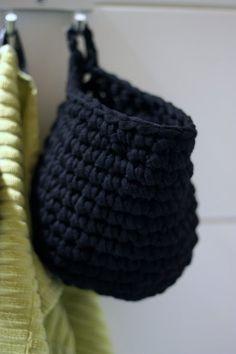 Love this crochet hanging basket idea by menaflak.sanchez