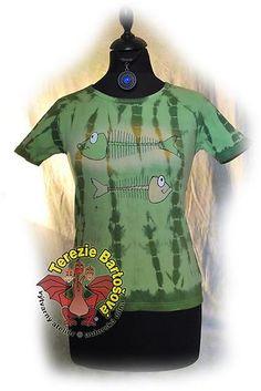TRIKO NA RYBY PRO DÁMY Velikosti: S, M, L, XL, XXL Barva: zelená batika Technika: ruční zpracování batika + kresba Složení: 100% bavlna Střih: klasický krátký rukáv MOŽNOSTI OBJEDNÁNÍ VOLITELNÝCH VELIKOSTÍ Peplum, Mens Tops, T Shirt, Women, Fashion, Atelier, Supreme T Shirt, Moda, Tee Shirt