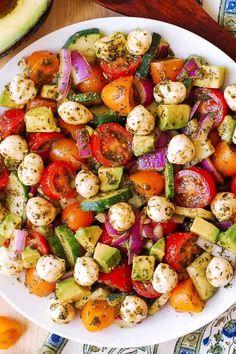 Avocado salad with tomatoes, mozzarella and pesto at the bottom .- Salade d& avec tomates, mozzarella et pesto au basilic – paquet de recettes santé …. Avocado salad with tomatoes, mozzarella and basil pesto – packet of healthy recipes …, - Easy Salads, Summer Salads, Vegetarian Recipes, Cooking Recipes, Healthy Recipes, Juice Recipes, Vegetarian Pesto, Paleo Salad Recipes, Cooking Rice