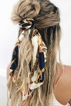21 pretty ways to wear a scarf in your hair easy hairstyle with scarf hairstyles for really hot weather Hair Scarf Styles, Curly Hair Styles, Ways To Wear A Scarf, How To Wear Scarves, Natural Hair Updo, Natural Hair Styles, Wavy Hair, Bandana Hairstyles, Pelo Suelto