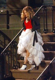 Pin for Later: 43 Style Lessons We Learned From Carrie Bradshaw You Can Wear a Flamenco Skirt to Dinner Carrie Bradshaw Estilo, Carrie Bradshaw Outfits, Sarah Jessica Parker, Flamenco Skirt, Ballet Skirt, City Outfits, Estilo Retro, Looks Chic, Vogue Fashion