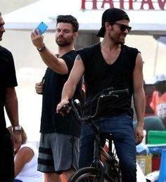 Daniel Gillies taking a selfie and Paul Wesley in Brazil for Con. The Vampire Diaries Characters, Vampire Diaries The Originals, Paul Wesley Phoebe Tonkin, Ian And Nina, Daniel Gillies, Kellin Quinn, Stefan Salvatore, Theo James, Thomas Brodie Sangster