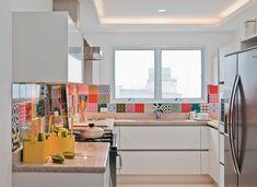 Avessos ao fogão, a empresária Patricia Barcha e o marido, Davi, achavam sufciente ter uma cozinha compacta, desde que ela comportasse um gostoso espaço de refeições, no qual os flhos, Pedro, 4 anos, e Marina, 2, pudessem almoçar no dia a dia. Apaixonada por cores, ela sugeriu o mosaico de azulejos estampados, destaque do ambiente, da Pavão Revestimentos. Fogão da Lofra e geladeira da Electrolux. Detalha da Sanca e dos ladrilhos