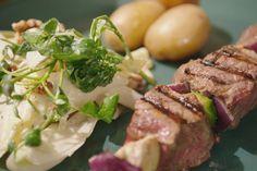 Brochettes worden meestal geassocieerd met een zomerse barbecue, maar je kunt ze ook perfect in de winter maken met stukken rundvlees, winterse groenten en een witloofsalade met dressing van blauwe kaas.