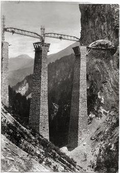 Die Kranmasten wurden in den Brückenpfeilern des Landwasserviaduktes eingebaut