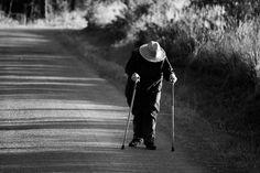 Anciana de camino a Olveiroa, Galicia.