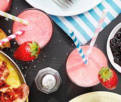 Himmelskt god hallon- och jordgubbssmoothie, som kan avnjutas både till frukost och som smarrigt mellanmål. Apelsiner, jordgubbar, hallon, matyoughurt och lite strösocker mixas och blir en underbart söt och vitaminrik smoothie.