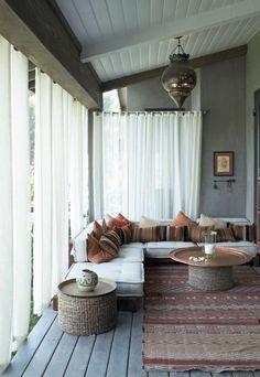 salon marocain moderne, belle pièce avec coussins et carpette style marocain