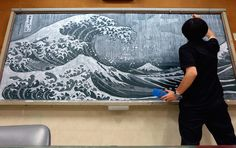 Ci sono professori che invece di risolvere problemi di matematica alla lavagna, riproducono i capolavori dell'arte