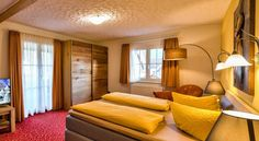 Hotel Sonneneck Titisee Titisee-Neustadt A 3-minute walk from Lake Titisee and Titisee Train Station, this hotel offers spacious rooms with free Wi-Fi and flat-screen TVs. It is a 15-minute drive from the Feldberg Ski Resort.