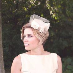 Fryzura ślubna z krótkich włosów z toczkiem