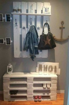 Flurmöbel aus Paletten bauen – Anleitung, Tipps und Tricks Building hall furniture from pallets – instructions, tips and tricks Decorating Your Home, Diy Home Decor, Room Decor, Decorating Ideas, Decor Ideas, Diy Pallet Projects, Cool Diy Projects, Pallet Mudroom Ideas, Pallet Ideas