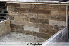 Tweepersoonsbed van sloophout breed met een achterwand. #reclaimed #wood #sloophout #bed #slaapkamer #wooninspiratie #interieur #inspiratie
