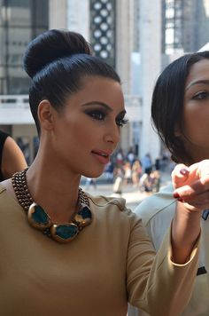 Kim Kardashian Fashion Style 2012 Kim Kardashian is very famous in these days because of Kim Kardashian New Syle. Kim Kardashian has v. Kim Kardashian Makeup Looks, Estilo Kardashian, Kardashian Style, Kardashian Fashion, Kardashian Latest, Natural Hair Styles, Long Hair Styles, Celebrity Makeup, Celebrity Gossip