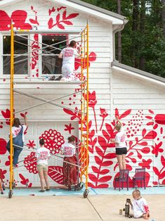 How to Paint a Gigantic Mural ⋆ Handmade Charlotte - Murales Pared Exterior Murals Street Art, Art Mural, Mural Painting, House Painting, Wall Art, Kids Wall Murals, Painting Tips, Mural Floral, Flower Mural