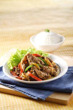 Irisan daging yang sangat tipis dalam daging sukiyaki tumis paprika ini terlihat menggoda. Tekstur daging ini sangat lembut dan mudah dicerna.