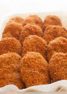 (Japanese Potato and Ground Meat Croquettes) Crunchy outside, fluffy and a little bit sweet inside. Korokke (コロッケ, potato and ground meat croquette) is one of the very popular Japanese home cooking dishes. Have it with tonkatsu sauce (sweet Worcestershire Japanese Potato, Japanese Dishes, Japanese Food, Japanese Meals, Japanese Recipes, Croquettes Recipe, Potato Croquettes, Cooking Dishes, Cooking Recipes