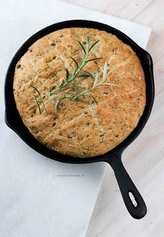 Brood uit de pan met olijven en rozemarijn