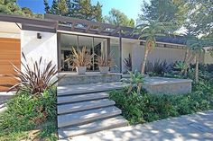 Love the exterior. I've always wanted a mid century modern ranch house. Exterior Paint Combinations, Exterior Colors, Exterior Design, Modern Landscape Design, Modern Landscaping, Modern House Design, Mid Century Landscaping, Mid Century Ranch, Mid Century House
