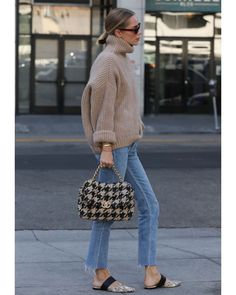 Image may contain: one or more people and people standing November 04 2019 at fashion-inspo Street Style Outfits, Mode Outfits, Fall Outfits, Casual Outfits, Fashion Outfits, Chanel Street Style, Style Casual, Casual Fall, Smart Casual