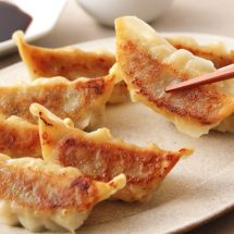 Gyoza au poulet (raviolis japonais) - The Best Asian Recipes Authentic Chinese Dumpling Recipe, Authentic Chinese Recipes, Recipe For Gyoza, Chicken Gyoza, Chicken Sausage, Easy Oven Baked Chicken, Best Chinese Food, Dumplings For Soup, Weird Food