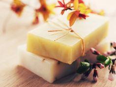 Δείτε πώς μπορείτε να φτιάξετε μόνοι σας το δικό σας σπιτικό σαπούνι από βότανα για φυσική περιποίηση των ερεθισμένων και ταλαιπωρημένων χεριών. Perfume Oils, Home Made Soap, Wax Melts, Crafts To Do, Soap Making, Natural Skin Care, Paper Dolls, Homemade, Fruit