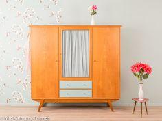 Awesome Kleiderschrank Kommode Vintage Zauberhafter Kleiderschrank aus den Jahren Hochwertiger Korpus aus Tischlerplatten in Esche Furnier mit drei T ren