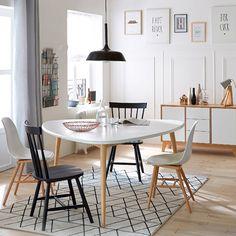 Simplicité des lignes et inspiration scandinave, un style qui fait la part belle aux bois blonds et au blanc lumineux.