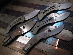 A collection of knives pocket knives.