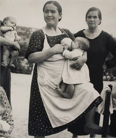 Kati Horna: Untitled, Vélez Rubio, Almeria province, Andalusia, Spanish Civil War, 1937 Breastfeeding Support, Old Pictures, Old Photos, Antique Photos, Vintage Pictures, Madona, Robert Capa, Children Photography, Civil War Photos