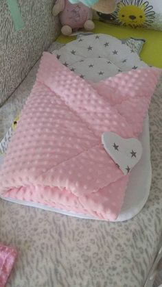 Diy Baby Gifts For Boys Crafts Sleeping Bags Ideas For 2019 Baby Swaddle Blankets, Minky Baby Blanket, Baby Pillows, Crafts For Boys, Baby Crafts, Quilt Baby, Diy Pencil, Crochet Diy, Diy Baby Gifts