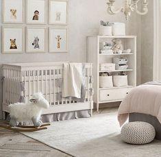 deco chambre bebe garcon, tabouret tricoté gris, étagère blanche, lit bébé, plafonnier baroque