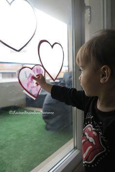 [Activité] Faire des vitrauxL'activité du jour est:FAIRE des VITRAUX en forme de coeurs
