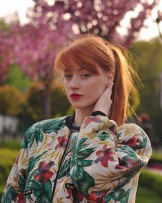 Red and Strawberry Blonde Bob - 60 Trendiest Strawberry Blonde Hair Ideas for 2019 - The Trending Hairstyle Stunning Redhead, Beautiful Red Hair, Gorgeous Redhead, Strawberry Blonde Bob, Ginger Models, I Love Redheads, Peinados Pin Up, Ginger Girls, Redhead Girl
