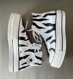 Dr Shoes, Swag Shoes, Hype Shoes, Me Too Shoes, Mode Converse, Converse Shoes Outfit, White Converse, Converse Sneakers, Converse Chuck