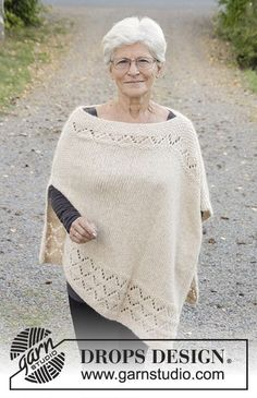"So Classy! - Gebreide DROPS poncho in gerstekorrel met kantpatroon van ""Air"". Maat: S - XXXL. - Free pattern by DROPS Design"