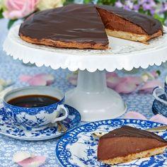 Chokladbisvitårtan är glutenfri och räcker till många. Den är otroligt läcker att ställa fram på fikabordet.
