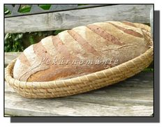 Chleba je mimořádně tmavý, nejen kůrka, ale i střída. Velice hezky pórovitý, díky absenci žitné mouky druhý den už mírně sušší. I tak doporučuji vyzkoušet, je velice vhodný třeba ke grilovanému masu. Suroviny: 250 g vody 100 g kefíru (byl domácí, hustší, těch 100 g = 10 plných lžic) 3 lžíce oleje lžička octa lžička… Kefir, Serving Bowls, Bread, Tableware, Dinnerware, Brot, Tablewares, Baking, Breads
