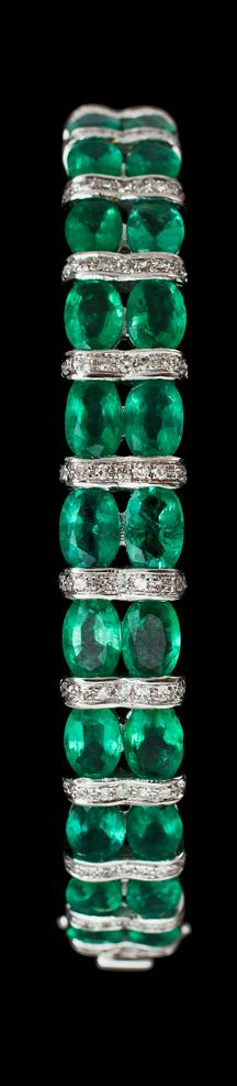An emerald, tot. 9.38 cts, and brilliant cut diamond bangle, tot. 0.72 cts. 18k white gold