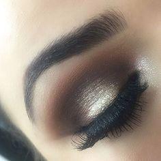 We love this beautiful bronze smoky eye.