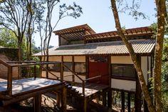 Obras residenciais com o uso da arquitetura sustentável. Projetos e execução com uso de diversas madeiras e materiais para coberturas naturais.