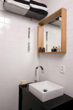 Lustro z półką w łazience