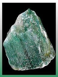 La aventurina o venturina (Ágata de la India o   Ágata Chilena) es una variedad del cuarzo. La diversidad más   común de esta roca masiva es de color verde, debido a las   inclusiones de FUCHSITA, y muestra un especial resplandor   lechoso.