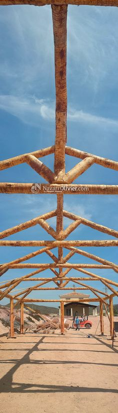 Estructura para cubierta a 4 aguas en rollizo natural tallado artesanal. www.navarrolivier.com