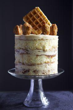 Chicken & Waffles Cake - Pastel de suero de mantequilla amarilla, glaseado de arce, de caramelo sabio picante // ventanal & Confused
