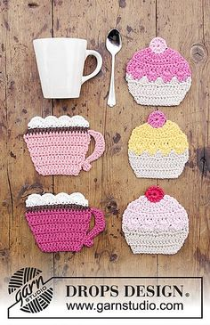 Crochet Dresses Design Breakfast Cupcakes - Crocheted coasters with cup and cupcake. Piece is crocheted in DROPS Paris. - Free pattern by DROPS Design - Cupcake Crochet, Crochet Diy, Crochet Motifs, Crochet Amigurumi, Crochet Home, Crochet Gifts, Doilies Crochet, Crochet Squares, Thread Crochet