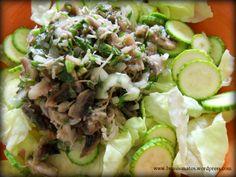 Ingrediente: 1/2 salata verde, 3 ciuperci champignion, 1 dovlecel mic, o ceapa mica , 2 linguri telina in sare, patrunjel tocat, suc lamaie, ulei presat la rece din floarea soarelui. Taiati ciuper…