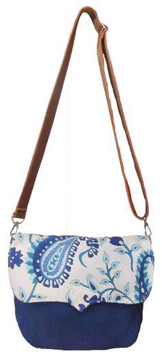 Bandolera de tela azul y arabescos estampados, combinada con cuero ecológico.